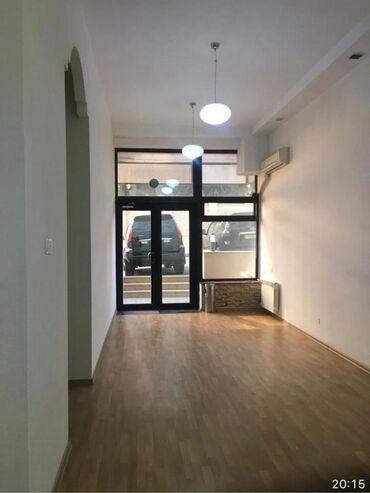 Ofislər - Azərbaycan: Ofis 2 girishlidir, 2 metbexi ve sanitar qovsagi var.Otaqlar genish