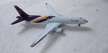 Rc avion - Srbija: Avion Boing 777,izgreban pa lose zafarban,metal 14 cm.,fale 2 tocka
