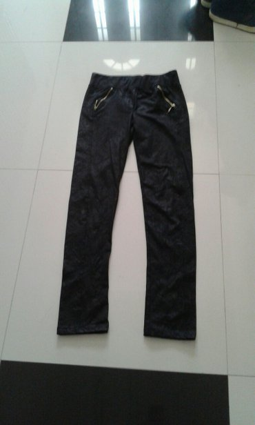 kozne crne pantalone sa reljefom zipzari sa strane kod dzepova velicin - Backa Palanka