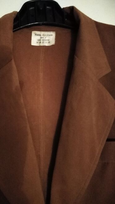 Kostimi - Srbija: Moderan John TYORAN strukiran blejzer sa naramenicama.Kvalitetan,lep i