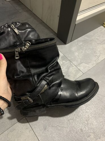Crne cizme plitke nepropustljive za vodu i sneg. Nosene dva puta, kao