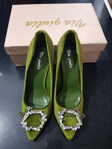 Green plush shoes, whit stones