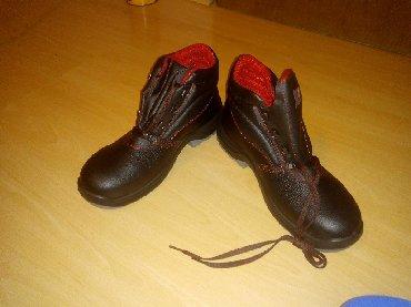 Radne cipele od kože i na vrh prstiju imaju zaštitu metalnu u slučaju