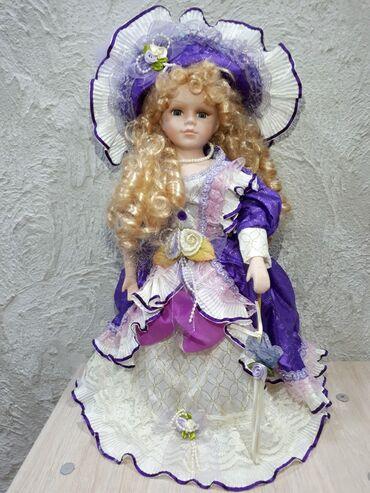 Находки, отдам даром - Бишкек: Кукла для девочки, фарфоровая, на стойке. Отдам за 2 литра