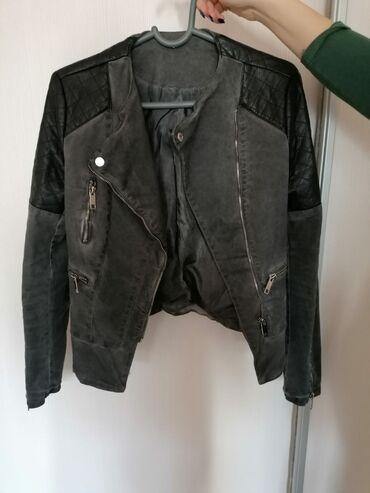 Neobicna jaknica, kombinacija eko kože i tamnog tesasa. Veličina M