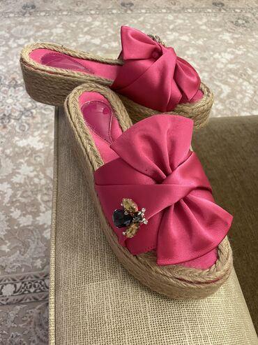 Женская обувь - Бишкек: Продаются новые шлепки на платформе. Заказала, оказались, что маломеря
