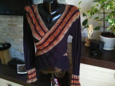 Crni tanji džemper mladalačkog kroja i lepog dezena sa šarom sa prednj - Pozarevac