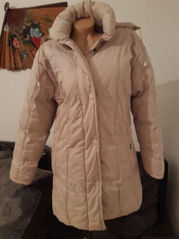 Champion zimska zenska jakna, svetlo krem boje s kapuljacom na cipzar