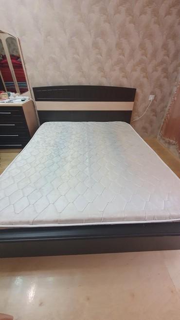 Двухспальная кровать с матрасом кровать в идеальном состоянии.