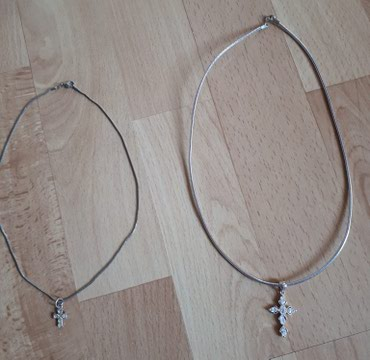 Obe ogrlice sa krsticima za 200 - Jagodina