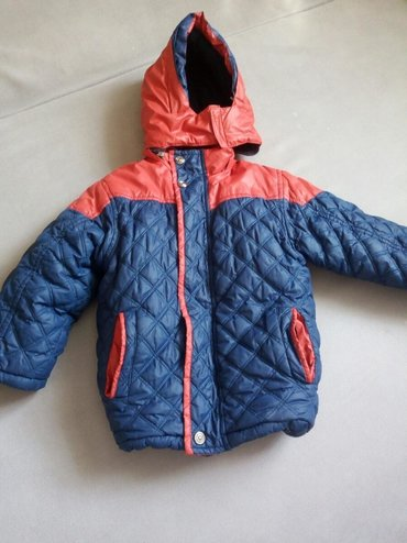 Зимняя куртка на 3.5-5 лет, смотря какой ребёнок. Мы носили в