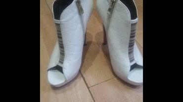 İsmayıllı şəhərində Qadin ayaqqabisi satilir , renqi ag , temiz deri 35 razmer,