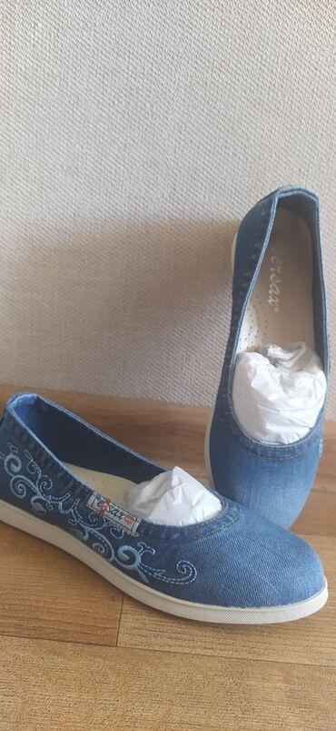 обувь женская классика в Кыргызстан: Совершенно новые,очень удобные, джинсовая ткань. Брали в Леоне не
