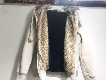 меховые пинетки в Кыргызстан: 600с! Куртка с меховым капюшоном. Размер: S! Цвет: бежевый, внутри