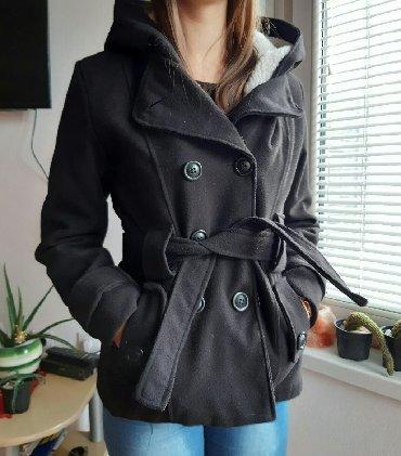Divan kraci crni kaput. Debeo i topao za zimu. Ima kapuljacu koja se