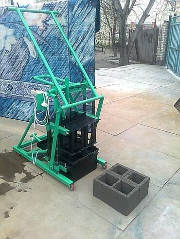 Оборудование для бизнеса - Кыргызстан: Продаю пескаблочный мини станок на 2 блока работает от 220 в.размер