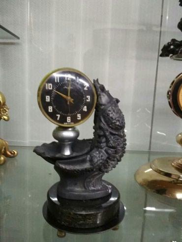 Ещё идут стариные часы, низ мрамор черный, статуэтка щука
