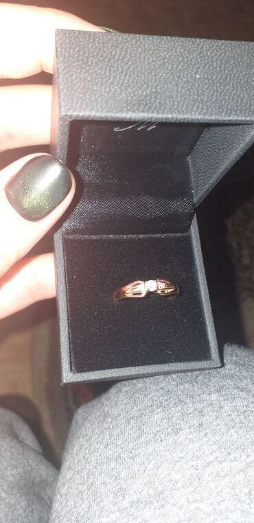 Продам кольцо с бриллиантом,один большой и 2 маленьких камней,размер