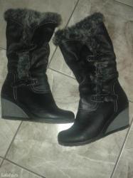 Duboke postavljene cizme, potpuno nove. Br. 39