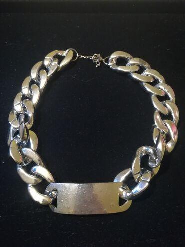 Extra kratka ogrlica,masivan izgled,lagana za nosenje plastika imitira