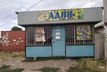Коммерческая недвижимость - Кыргызстан: Продаю магазин срочно Бишкек с полками есть решетки на окнах размер