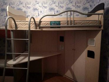 Очень классная кровать со шкафчиком и с письменным столом в Bakı