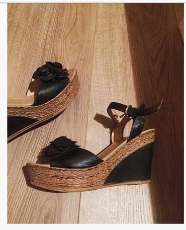 Sako crne boje - Srbija: Sandale sa ortopedskom stiklom.Broj 41.Crne boje sa ruzom na