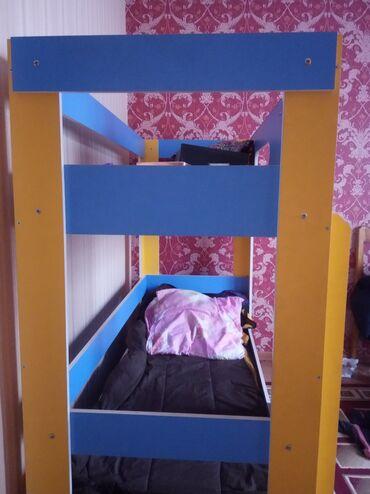 Срочно продаю двухэтажный кровать. Изготовлен из дерева.  Все вопросы