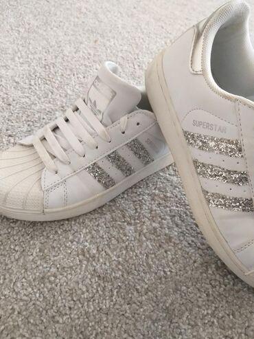 Ženska patike i atletske cipele | Uzice: Adidas superstar srebrne,malo korišćene. 38 velicina. Nosive uz