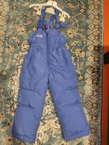 Детские джинсы и брюки в Кыргызстан: Комбинезон очень теплый и лёгкий, водоотталкивающий на 3-4 года отдам