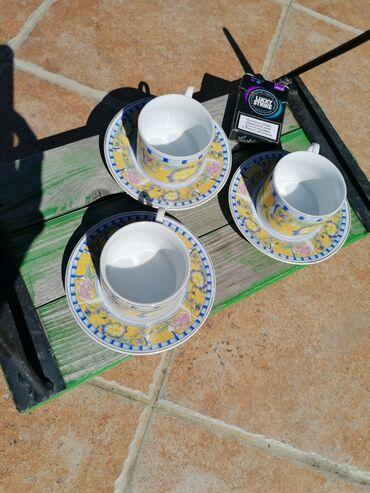 Tri šoljice za kafu + 4 tacnice,modernog dizajna i dezena