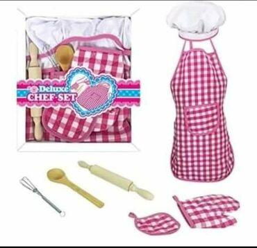Barbie set - Crvenka: Set za male kuvareCENA: 900,00Set sadrzi:-kecelju-rukavicu-kuvarsku