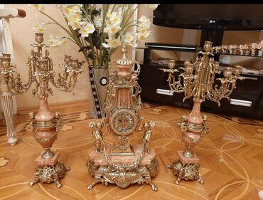 Антикварные часы - Азербайджан: Bronza mermerle işleme saat ve şamdan desti teze.580 manat