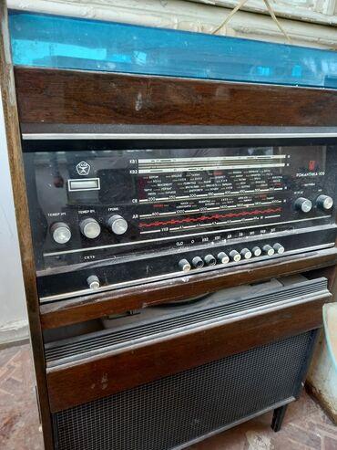 Qədimi radyo bilen bilir lenta yerde var kapron disk yerində var