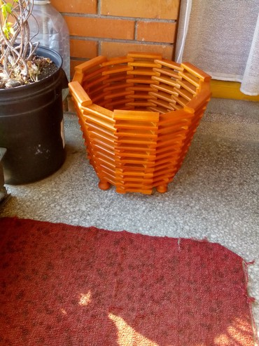 Ostali proizvodi za baštu - Srbija: PODNA ŽARDINJERA 3 Prodajem podnu žardinjeru u braon mahagoni boji, za