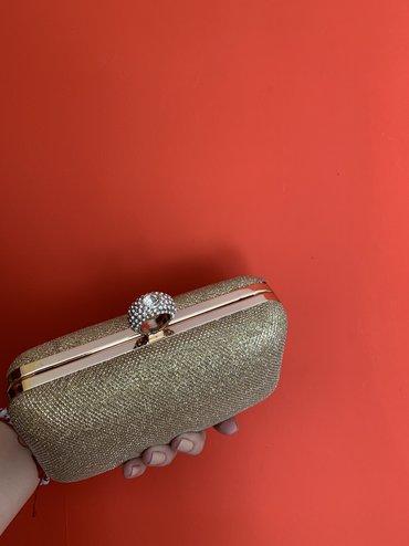 Elegantna clutch torbica, nošena jednom