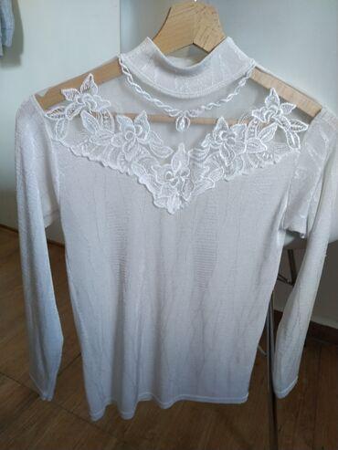 Košulje i bluze - Srbija: Bluza sa kragnom sličnom polurolci je od nekog rastegljivog materijala