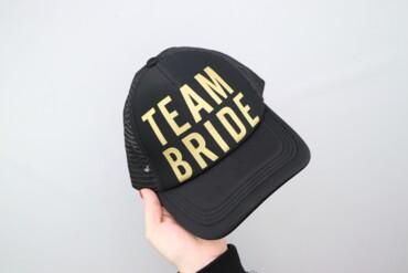 Жіноча кепка з написом Team Bride    Довжина: 27 см  Стан дуже гарний