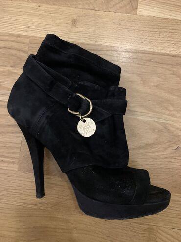 Original Patrizia Pepe cipele/čizmice u crnoj boji od antilopa sa otvo