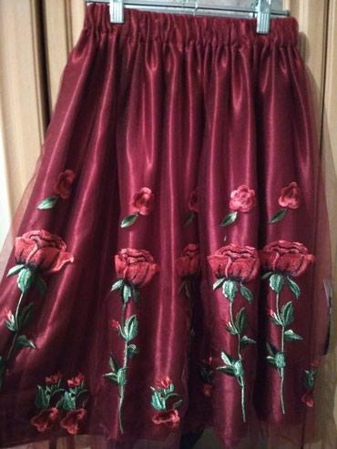 юбка бордовая в Кыргызстан: Юбка состояние отличное. с вышивками розы. размер 42-44. длинна чуть