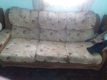 Два маленьких. И один большой диван