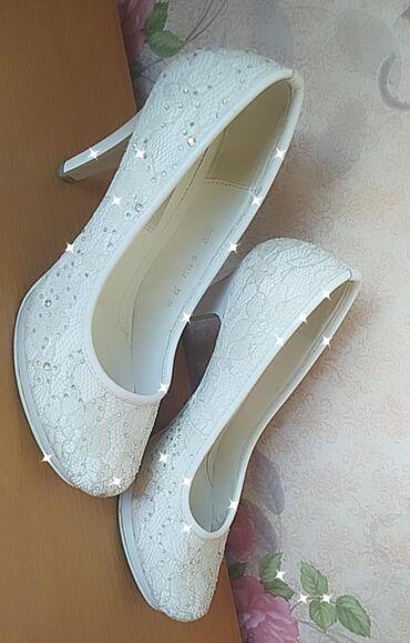 Свадебные аксессуары - Новый - Бишкек: Свадебные туфли белого цвета, отделка кружева и стразы. Размер 39