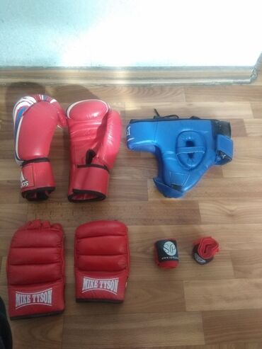 Срочно нужен деньги - Кыргызстан: Продаю боксерские перчатки шлем бинтыцена за всеТорг уместен Срочно