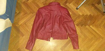 Crvena kožna jakna,obučena par puta.Sedefast sjaj.U odličnom