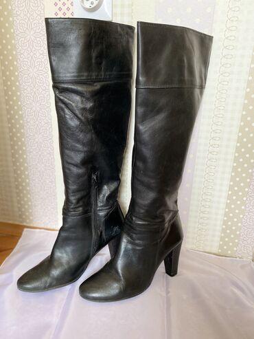 Crne kožne čizme br. 39 Feler u gazistu