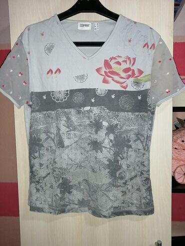 Majica na kratki rukav, rukavi su providni sa cvetovima, nema