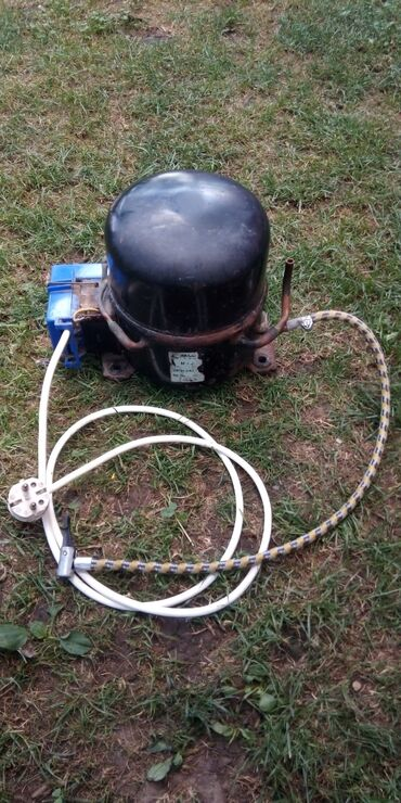 Auto gume - Srbija: Prodajem kompresor od frizidera, moze da pumpa gume od automobila i os