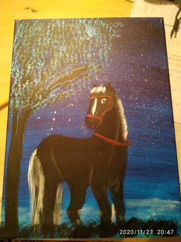Картина: одинокая лошадь в ночном тумане при звёздах