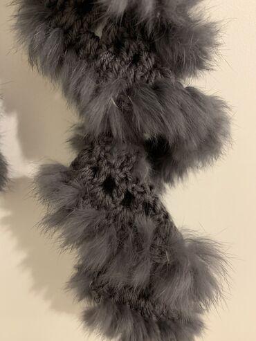 Pleteni prslici - Srbija: Prodajem potpuno novi pleteni šal tamno sive boje sa pravim zečijim kr