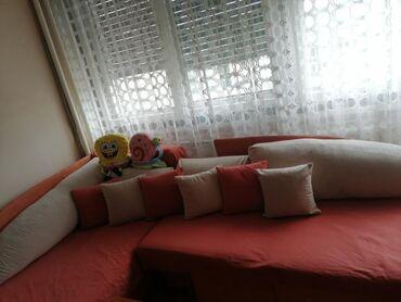 Fotelje | Srbija: 2 očuvana narandžasta kreveta, sa bež jastucima, na razvlacenje, sa